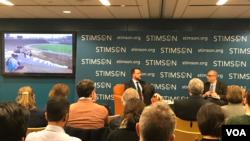 លោក Brian Eyler នាយកផ្នែកគម្រោងសិក្សាតំបន់អាស៊ីអាគ្នេយ៍នៅមជ្ឈមណ្ឌល Stimson Center និងជាអ្នកនិពន្ធសៀវភៅ «Last Days of the Mighty Mekong» (ខាងឆ្វេង) ពន្យល់ពីនគរូបកម្មទីក្រុងភ្នំពេញដែលជាទីក្រុងធំជាងគេនៅតាមដងទន្លេមេគង្គ ទៅកាន់លោក Jon Fasman អ្នកឆ្លើយឆ្លងព័ត៌មានឲ្យទស្សនាវដ្ដី the Economist ប្រចាំទីក្រុងវ៉ាស៊ីនតោន (ខាងស្តាំ) ក្នុងពេលពិភាក្សាអំពីសៀវភៅថ្មីនេះដែលបានរៀបចំឡើងដោយមជ្ឈមណ្ឌល Stimson Centerនៅរដ្ឋធានីវ៉ាស៊ីនតោន កាលពីថ្ងៃទី១៩ ខែកុម្ភៈ ឆ្នាំ២០១៩។ (លី វួចនា/VOA Khmer)