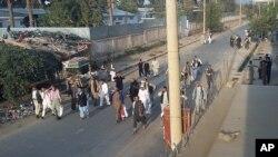 Prisioneros talibanes caminan libres luego de ser liberados por sus camaradas de una prisión de Kunduz.