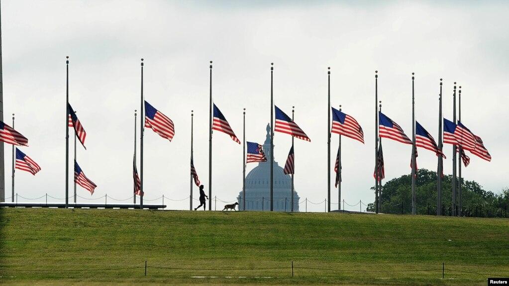 Cờ Mỹ treo rủ để tưởng niệm trên 100.000 người thiệt mạng vì Covid-19