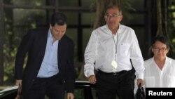 Ông Humberto de la Calle (giữa) trưởng đoàn thương thuyết của chính phủ Colombia đến Havana để dự cuộc thảo luận với đại diện của nhóm FARC