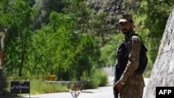 Seorang tentara Pakistan berpatroli dekat batas de facto antara Pakistan da India atau Line of Control, di sektor Chakothi, di wilayah Kashmir yang dikuasai Pakistan, 29 Agustus 2019. (Foto: AFP)