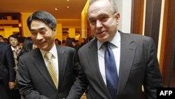 Trợ lý Ngoại trưởng Hoa Kỳ Kurt Campbell và Thứ trưởng Ngoại giao Nam Triều Tiên Kim Jae-shin trong cuộc họp ở Seoul, ngày 27 tháng 10, 2011