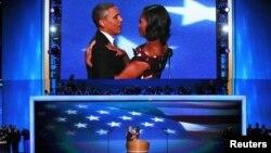 El presidente Barack Obama abraza a su esposa Michelle a la que agradeció por su discurso del martes.