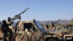 Binh sĩ của nhóm phiến quân Phong trào Công lý Niger (MNJ) tại sa mạc ở phía bắc Niger. MNJ là nhóm phiến quân chủ yếu gồm dân du mục Tuareg