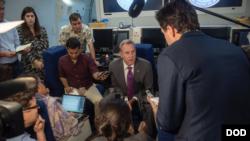 美國代理防長沙納漢Patrick Shanahan2019年5月29日在飛往新加坡途中回答記者們提問(美國國防部照片)