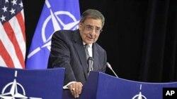 برسلز: نیٹو ہیڈکوارٹرز میں وزیر دفاع لیون پنیٹا اخباری کانفرنس سے خطاب کرتے ہوئے