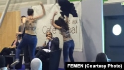 L'intervention des Femen, à Paris, lors d'une conférence de l'islamologue suisse controversé Tariq Ramadan le 14 mai 2016.