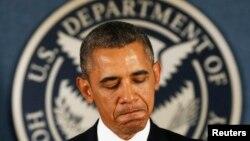 El presidente Obama durante una visita a la Agencia Federal de Manejo de Emergencias, FEMA, con el logo del Departamento de Seguridad Nacional al fondo.