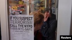 새해 전야 행사를 앞둔 가운데 31일 미국 뉴욕 타임스스퀘어 광장 인근 맥도널드 매장에 '테러로 의심되는 정황이 발견되면 경찰에 신고하라'는 전단지가 붙어있다.