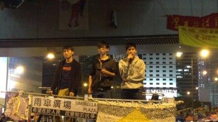 学民思潮召集人黄之锋(中)在金钟占领区 (美国之音海彦拍摄)。