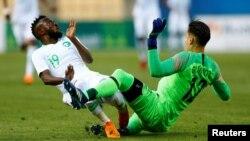 Pemain Yunani, Andreas Gianniotis beradu dengan pemain timnas Arab Saudi, Fawaz Al-Qarni dalam pertandingan persahabatan antara Arab Saudi dan Yunani di - Estadio de La Cartuja, Sevilla, Spanyol, 15 Mei 2018.