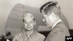 Джон Кеннеди и пилот ВВС США Кен Уоллас