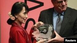 18일 미국 아시아재단으로부터 '글로벌 비전' 상을 수상한 아웅산 수치 여사(왼쪽).