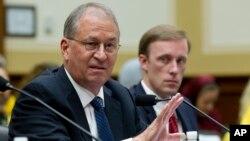 Президент Института научных исследований и международной безопасности Дэвид Олбрайт (слева)