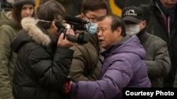 2015年12月,浦志强案二审法庭外便衣袭击围攻正在现场采访的美国之音记者叶兵。