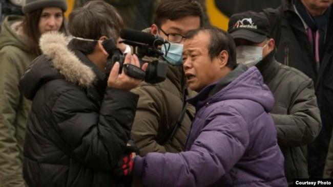2015年12月,浦志強案二審法庭外便衣襲擊圍攻正在現場採訪的美國之音記者葉兵。 (資料圖片)