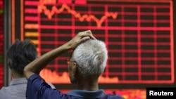 Nhà đầu tư đang xem thông tin chứng khoán trên một bảng điện tử ở Bắc Kinh hôm 27/8/2015.