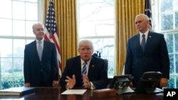 美国总统川普星期五下午在卫生部长普莱斯(左)和副总统彭斯的陪同下在白宫与媒体见面