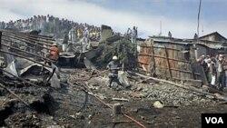 Para warga melihat upaya pemadaman kebakaran di lokasi ledakan di ibukota Nairobi, Kenya (12/9).