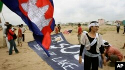 Protesters, who were evicted from Phnom Penh's Boueng Kak lake area, set up a banner as they prepare to hold a rally, file photo.