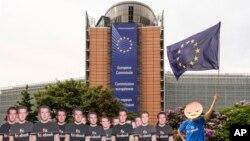 یو کس د می په ۲۲مه د اروپايي پارلمان مخې ته د فئسبوک د جعلي صفحو پرضد مظاهره وکړه