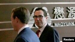 美國財長努欽率領的代表團抵達與中方進行經貿談判的場地