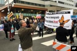 2018年3月7日,美国司法部长塞申斯在加州圣克莱门托在一家旅店向加州执法人员协会发表讲话时,示威者拦阻了旅店门前的交通。