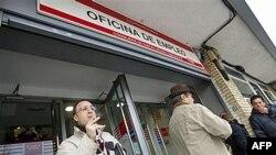 Những người thất nghiệp chờ đến phiên mình bên ngoài văn phòng tìm việc của chính phủ trong thủ đô Madrid, Tây Ban Nha