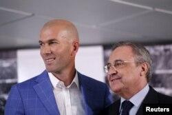 L'entraîneur Zinédine Zidane du Real Madrid et le président du club Florentino Pérez lors d'une conférence de presse, Madrid, Espagne, 4 juin 2016.