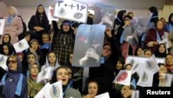 Qadın seçicilər islahat təmayüllü namizədin kampaniya nümayişində şüarlar səsləndirir. 18 fevral, Tehran.