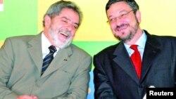 Antonio Palocci (derecha) a quien vemos en esta foto junto al expresidente brasielño Lula da Silva, fue sentenciado a 12 años de prisión.
