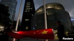 Bendera nasional China diturunkan di luar Dewan Legislatif, bagian dari upacara harian di Hong Kong, 7 November 2016. (Foto: dok).