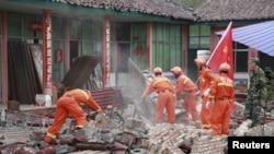 Vatrogasci rasčišćavaju ruševine u jednoj fabrici u kineskoj pokrajini Junan, koja je jutros bila pogođena snažnim zemljotresom