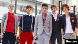 """Miembros de la banda británico-irlandesa """"One Direction"""" posan después de actuar en el """"Today"""" show, de la cadena NBC."""