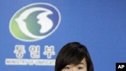 한국정부의 입장을 발표하는 이종주 통일부 부대변인