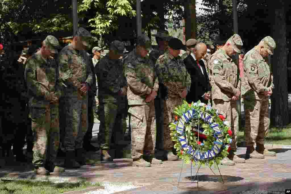 Tướng John F. Campbell, chỉ huylực lượng quốc tế tại Afghanistan, trong buổi lễ tưởng niệm ngày Chiến sĩ Trận vong tại Kabul, Afghanistan, ngày 25/5/2015.