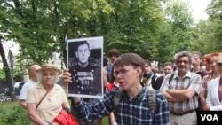 导游帕维尔手举斯大林小儿子瓦西里的照片,他曾是苏联空军中将和莫斯科军区空军司令。(美国之音白桦拍摄)