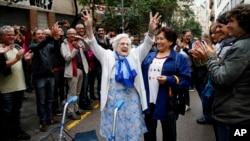 Seorang perempuan manula tampak gembira setelah mengikuti pemungutan suara di sebuah tempat pemungutan suara di Barcelona, Spanyol, 1 Oktober 2017. Spanyol diperkirakan akan menggeser Jepang, yang sekarang diperingkat pertama, dalam peringkat usia harapan hidup pada 2040.