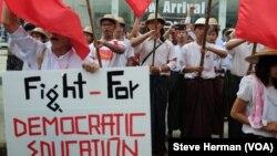 Para mahasiswa Myanmar memprotes undang-undang yang menurut mereka tidak akan meningkatkan standar-standar pendidikan, membatasi otonomi lokal lembaga pendidikan dan mencegah pengakuan resmi atas organisasi mahasiswa.