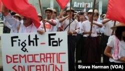 Para mahasiswa Myanmar memprotes undang-undang pendidikan nasional dalam aksi di Rangoon (17/11).