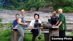"Chef William Wongso (kanan) bersama tim ""Uncharted"" National Geographic saat berada di Sumatra Utara (dok: William Wongso)"