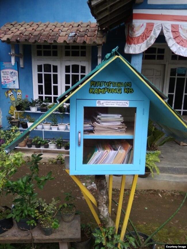 Little Free Library di Desa Jolontoro, Wonosobo berdiri sejak September 2020 di depan sebuah rumah warga dengan cat senada. Courtesy Nining Dwi Astuti.