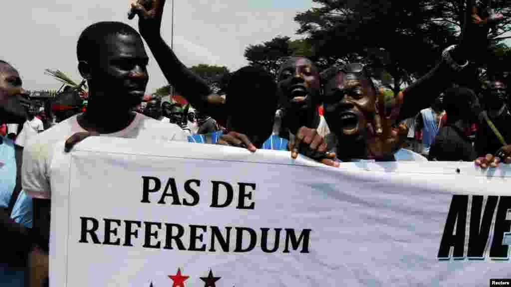 Un partisan de l'opposition de la Côte-d'Ivoire tient une bannière lors d'un rassemblementavant le référendum sur une nouvelle constitution, à Abidjan, Côte-d'Ivoire, le 28 octobre 2016.
