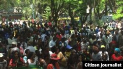 Người dân Zimbabwe biểu tình chống Tống thống Robert Mugabe.