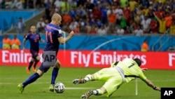 Arjen Robben supera a Iker Casillas para conquistar el quinto gol holandés, en el gane naranja 5-1.