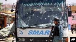 4일 아프가니스탄 수도 카불에서 법무부 직원들이 탄 버스를 노린 자살 폭탄 공격으로 20여명의 사상자가 발생했다. 탈레반은 자신들의 소행이라고 주장했다.