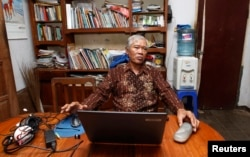 Bejo Untung di rumahnya di Tangerang, 12 Februari 2013. Untung mengatakan dia baru berusia 17 tahun ketika ditangkap tentara di desanya setelah peristiwa 1965.