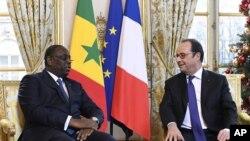 Le président français François Hollande, à droite, reçoit son homologue sénégalais Macky Sall au palais de l'Élysée à Paris, France, 20 décembre 2016.