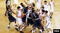 Para pemain Universitas Georgetown dan Bayi Rockets berkelahi dalam pertandingan persahabatan di Arena Basket Olimpiade Beijing, Kamis (18/8). Sehari kemudian kedua tim berdamai di bandara Beijing.