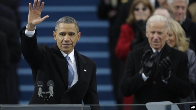 Presiden AS Barack Obama melambaikan tangan pada para hadirin setelah mengucapkan pidato pelantikan, didampingi Wakil Presiden Joe Biden. (AP/Pablo Martinez Monsivais)